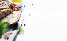 Pain, tomate, basilic et huile d'olive Photo libre de droits