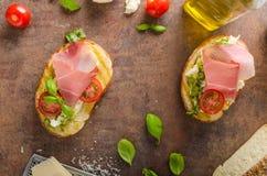Pain toscan grillé avec le pesto image stock