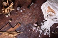 Pain traditionnel fraîchement cuit au four avec des ingrédients au-dessus de dessus rustique de cuisine Copiez l'espace, vue d'en photos stock