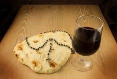 Pain, vin et Roasry de communion Photographie stock