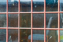 Paine della finestra dipinto rosso sbiadito annata antica fotografie stock