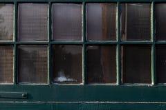 Paine pintado da janela do vintage verde antigo imagem de stock