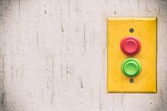Painel amarelo com os botões vermelhos e verdes rempty Foto de Stock