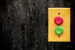 Painel amarelo com os botões vermelhos e verdes rempty Fotografia de Stock Royalty Free