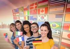 painel com as bandeiras perto da cidade Estudantes com bandeiras imagens de stock royalty free