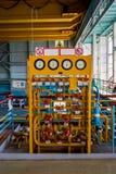 Painel com manômetros e válvulas do sistema de distribuição do gás na sala da turbina do central nuclear foto de stock