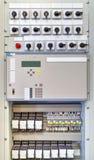 Painel de controle bonde com dispositivos eletrónicos na subestação elétrica fotografia de stock