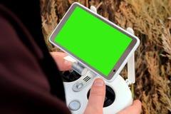 Painel de controle com a tela verde nas mãos masculinas Zombaria acima O concentrado foto de stock royalty free