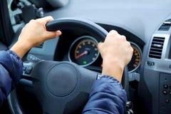 Painel de controle do carro As mãos da menina no volante fotografia de stock royalty free