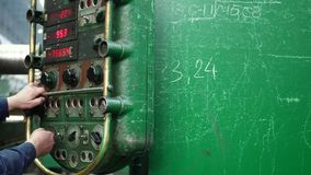 Painel de controle do metal fazendo à máquina da elevada precisão na fábrica vídeos de arquivo