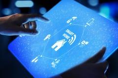 Painel de controle esperto da casa na tela virtual IOT e conceito da tecnologia da automatização foto de stock