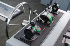 Painel de controle moderno do navio com volante Fotos de Stock Royalty Free