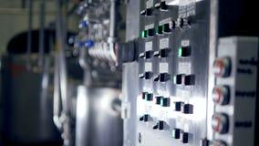 Painel de controle na sala de comando na planta Equipamento industrial 4K filme
