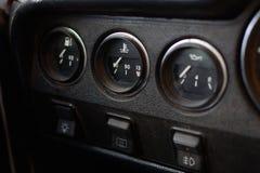 Painel de controle preto em um carro velho do russo imagens de stock
