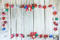 Painel de madeira da textura ao redor com os ornamento do Natal para o produto Imagens de Stock