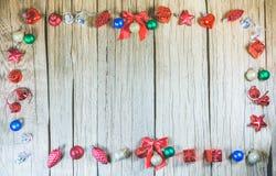 Painel de madeira da textura ao redor com os ornamento do Natal para o produto Fotografia de Stock Royalty Free
