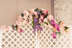 Painel de madeira decorativo delicado branco no interior clássico Sala do boudoir Tela de dobramento retro com flores vintage Fotografia de Stock Royalty Free