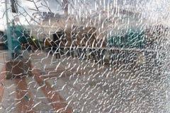 Painel de vidro coberto com uma rede de quebras pequenas fotos de stock