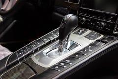 Painel do carbono em torno da caixa de engrenagens Painel de alumínio do botão com cromo Carro de esportes luxuoso interior foto de stock royalty free