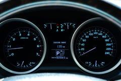 Painel do carro com instrumentos e tacômetro do velocímetro do seletor, calibre de combustível, temperatura do motor, temperatura imagens de stock