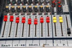 Painel do equalizador do misturador sadio com sidebar do grupo do botão e dos slideres do seletor fotos de stock royalty free