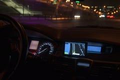 Painel do navegador do carro na noite As luzes da cidade fotos de stock royalty free