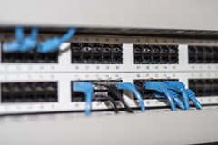 Painel do servidor com cabos e conectores fotografia de stock