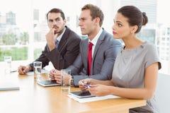 Painel dos oficiais de pessoais incorporados que sentam-se no escritório Imagens de Stock Royalty Free