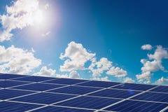 painel fotovoltaico e sol que brilham Imagem de Stock Royalty Free
