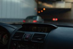 Painel frontal interior do carro para borrar a luz de nivelamento foto de stock royalty free