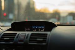 Painel frontal interior do carro para borrar a luz de nivelamento foto de stock