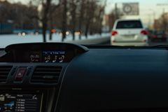 Painel frontal interior do carro para borrar a luz de nivelamento imagens de stock