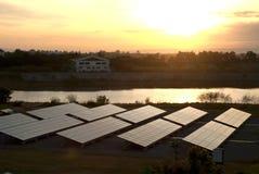 Painel-Grande sistema fotovoltaico solar no alvorecer. Imagens de Stock