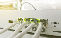 Painel, interruptor e cabo da rede no centro de dados fotos de stock royalty free