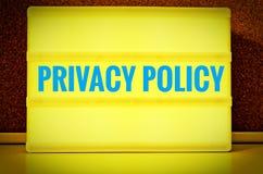 Painel luminoso com a inscrição na política de privacidade inglesa na frente de uma placa do pino, no alemão Datenschutzerklärun imagens de stock