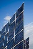 Painel solar de encontro ao céu azul imagens de stock
