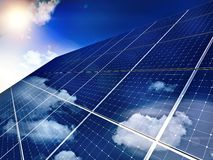 Painel solar de encontro - ao céu azul. Fotos de Stock Royalty Free