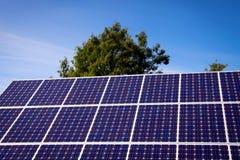 Painel solar e céu azul fotografia de stock royalty free
