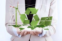 Painel solar e turbina eólica nas mãos das mulheres fotos de stock