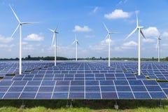 Painel solar e turbinas eólicas do photovoltaics que geram a eletricidade Fotos de Stock Royalty Free
