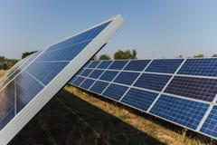 Painel solar, fonte alternativa da eletricidade - o conceito de recursos sustentáveis, e este são um sistema novo que possa gerar imagens de stock royalty free