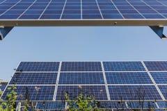 Painel solar, fonte alternativa da eletricidade - o conceito de recursos sustentáveis, e este são um sistema novo que possa gerar imagem de stock