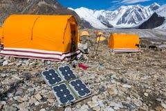 Painel solar na paisagem da montanha para gerar o poder para a expedição foto de stock