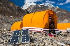 Painel solar na paisagem da montanha para gerar o poder para a expedição fotografia de stock royalty free