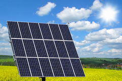 Painel solar no campo da colza Foto de Stock Royalty Free
