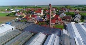 Painel solar no telhado de uma construção industrial, cidade europeia, estufas, agricultura europeia video estoque