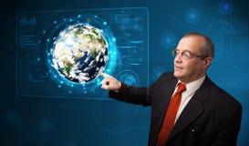 Painel tocante da terra da alto-tecnologia 3d do homem de negócios Foto de Stock Royalty Free