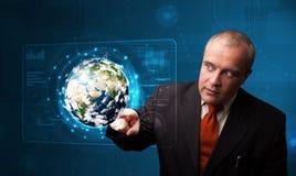 Painel tocante da terra da alto-tecnologia 3d do homem de negócios Fotos de Stock