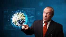 Painel tocante da terra da alto-tecnologia 3d do homem de negócios Fotografia de Stock Royalty Free