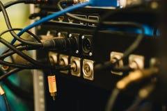 Painel traseiro eletrônico do equipamento da música com fio no CCB do estúdio imagem de stock